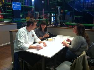 Åsa Romson och Maria Frisk äter mat och diskuterar mat med köksansvarig Matias Johansson.